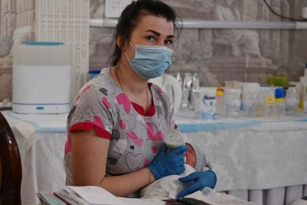Les bébés nés de la gpa ne peuvent pas être récupérés en Ukraine à cause de confinement. BBC raconte l'histoire d'un couple argentin